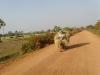 staubige Straßen –Transport auf dem Moped